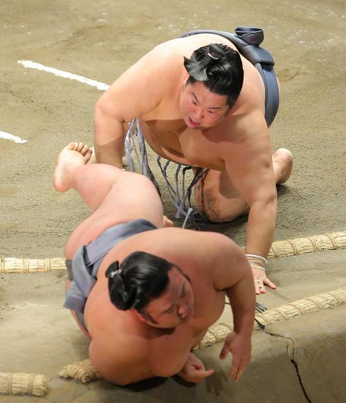 貴景勝(右)を寄り切りで破る徳勝龍(撮影・河田真司)