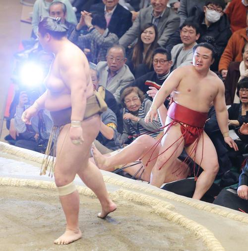 輝(左)に押し出しで敗れる炎鵬(撮影・河田真司)