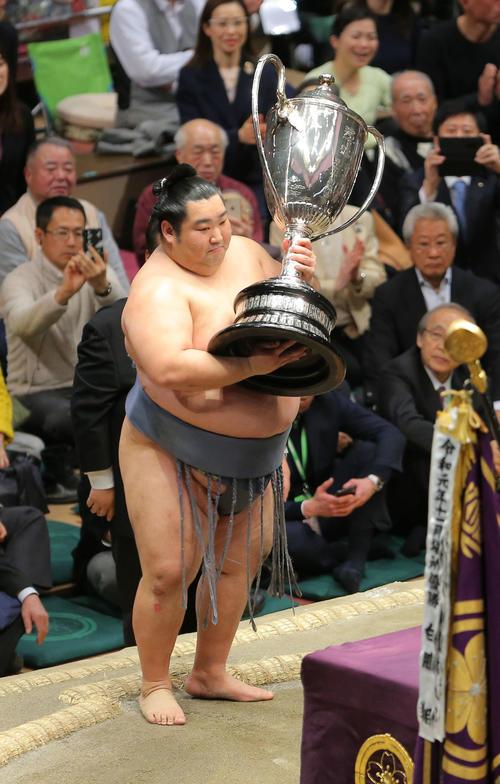 幕内初優勝を飾り、優勝賜杯を手にする徳勝龍(撮影・河田真司)