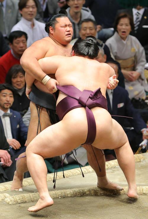 遠藤(右)に寄り切りで敗れる松鳳山(撮影・河田真司)
