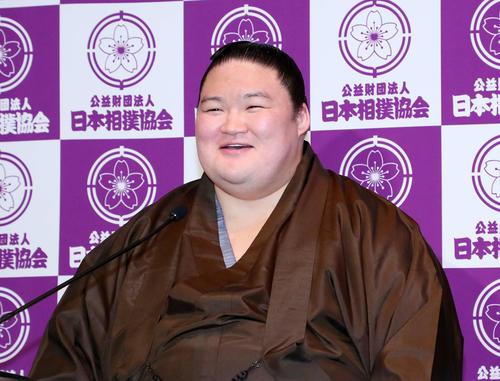 引退会見で笑顔を見せる元大関豪栄道の武隈親方(撮影・鈴木正人)