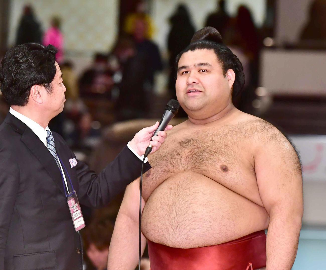 トーナメント優勝を果たし笑顔でインタビューに臨む高安(撮影・小沢裕)