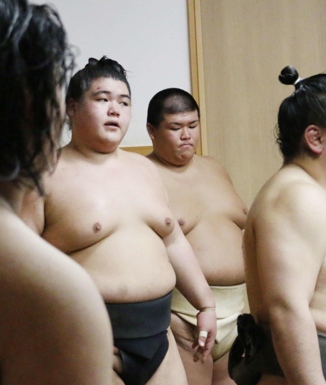 部屋で稽古を行う三男の納谷(左)と次男の幸林(撮影・佐藤礼征)