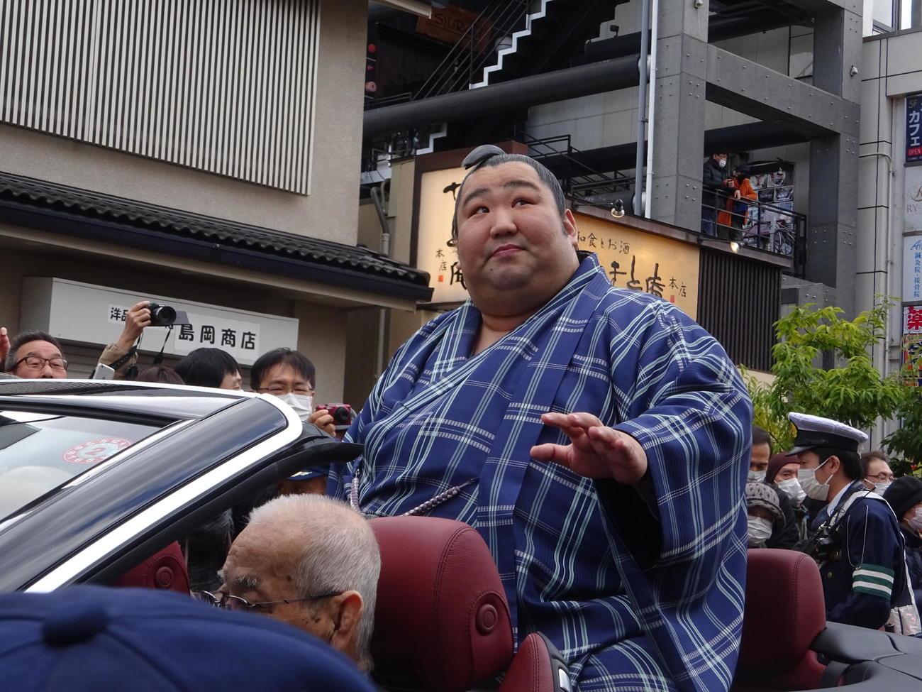 JR奈良駅前からオープンカーで優勝パレードを行う徳勝龍(撮影・加藤裕一)