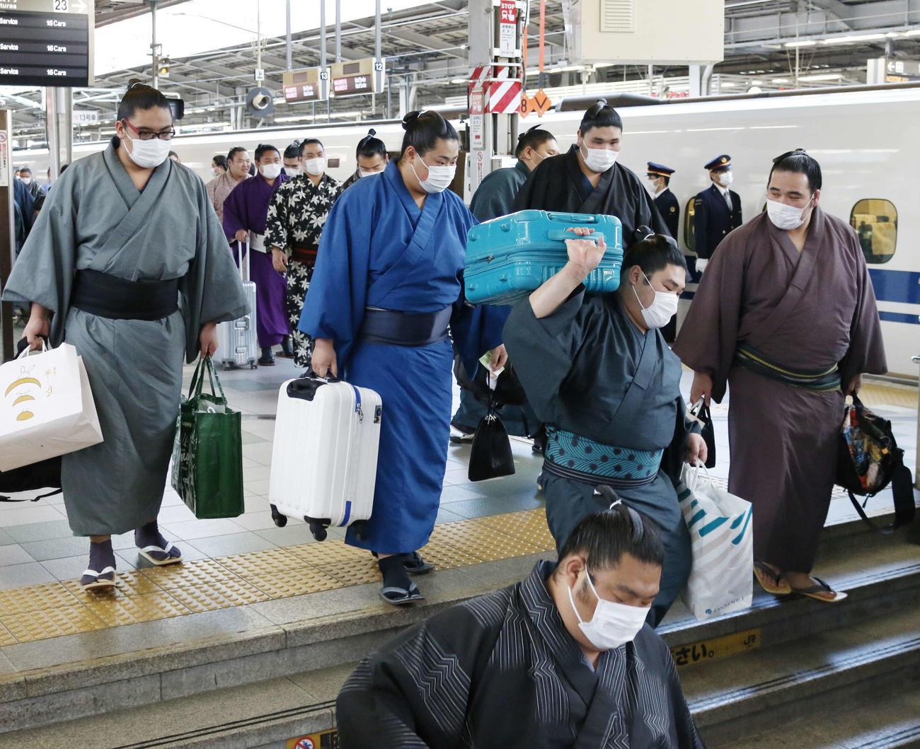 大相撲春場所に向けて新幹線で大阪入りした力士ら(撮影・佐藤礼征)