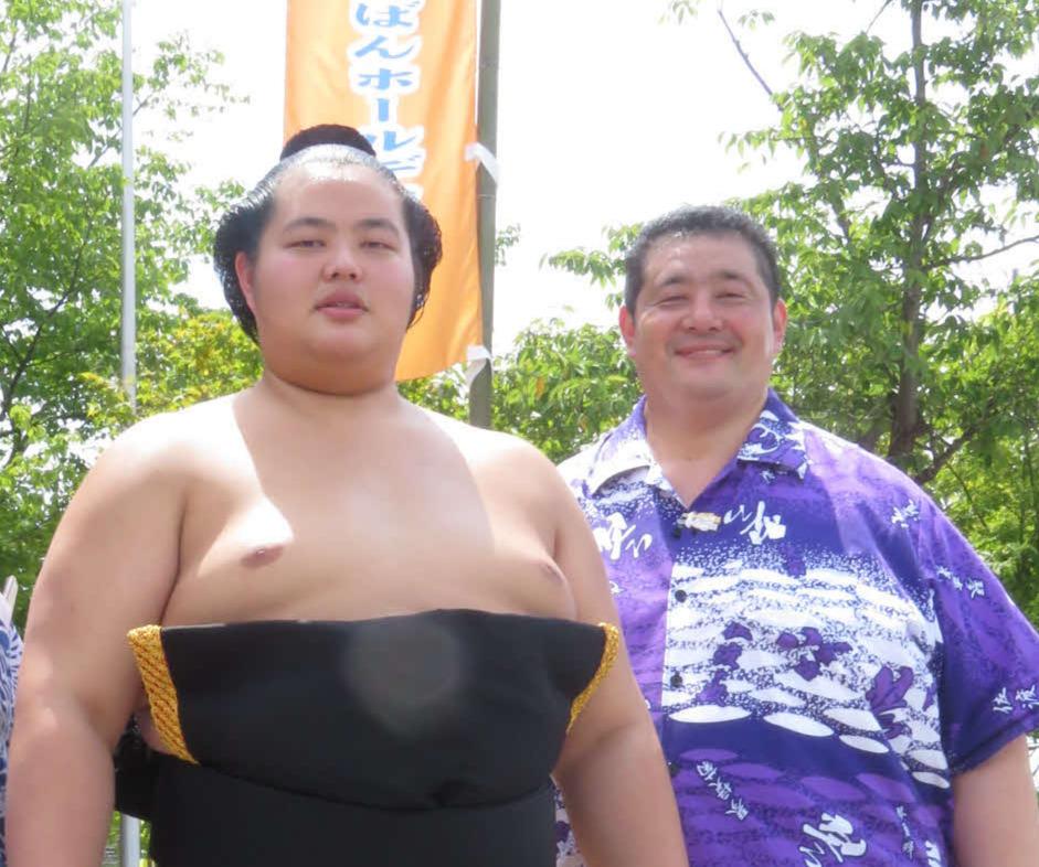 初代琴ノ若で父の佐渡ケ嶽親方(右)と琴ノ若