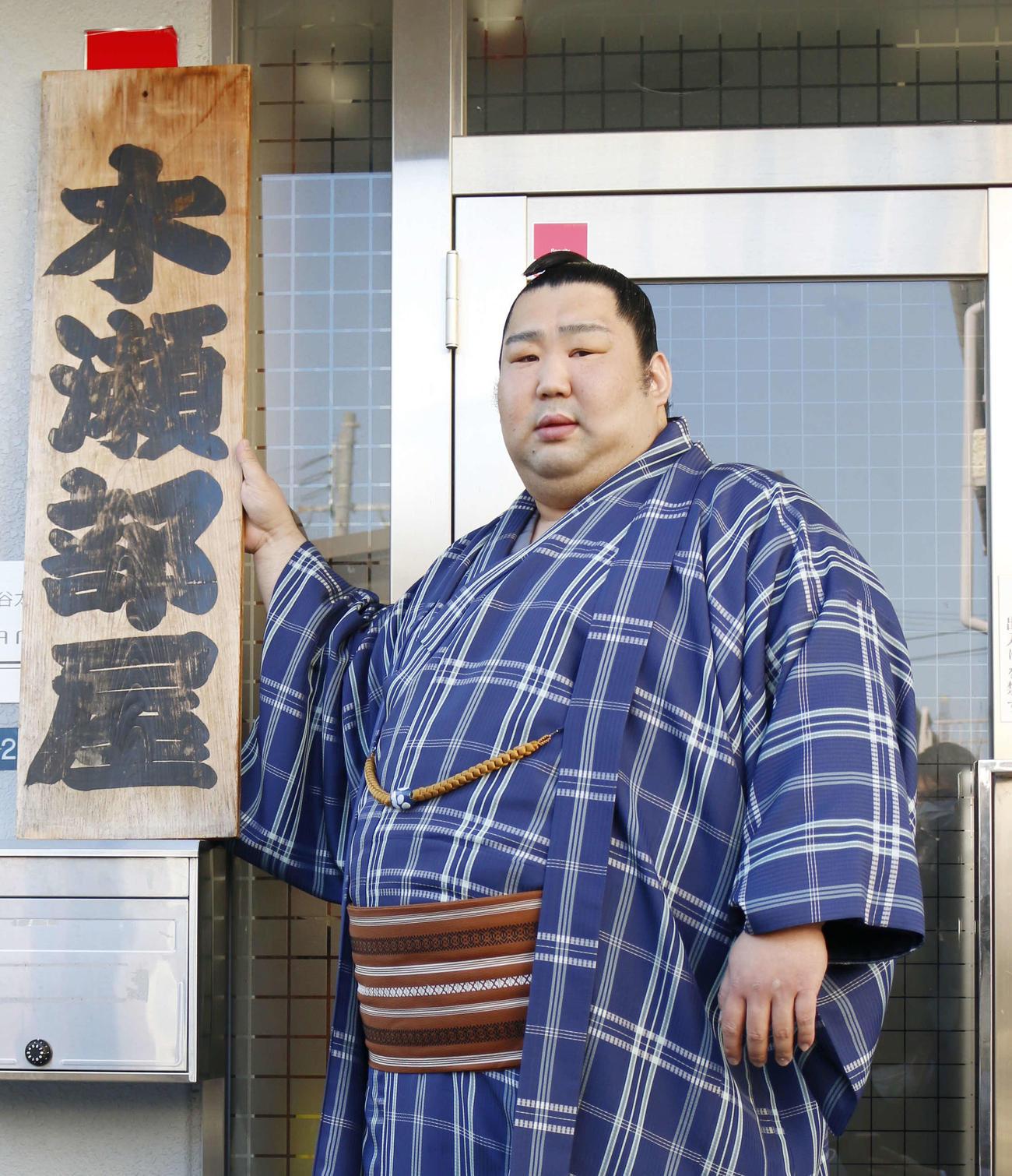 春場所の新番付が発表され、大阪の宿舎で部屋の看板を手に持つ徳勝龍(撮影・佐藤礼征)