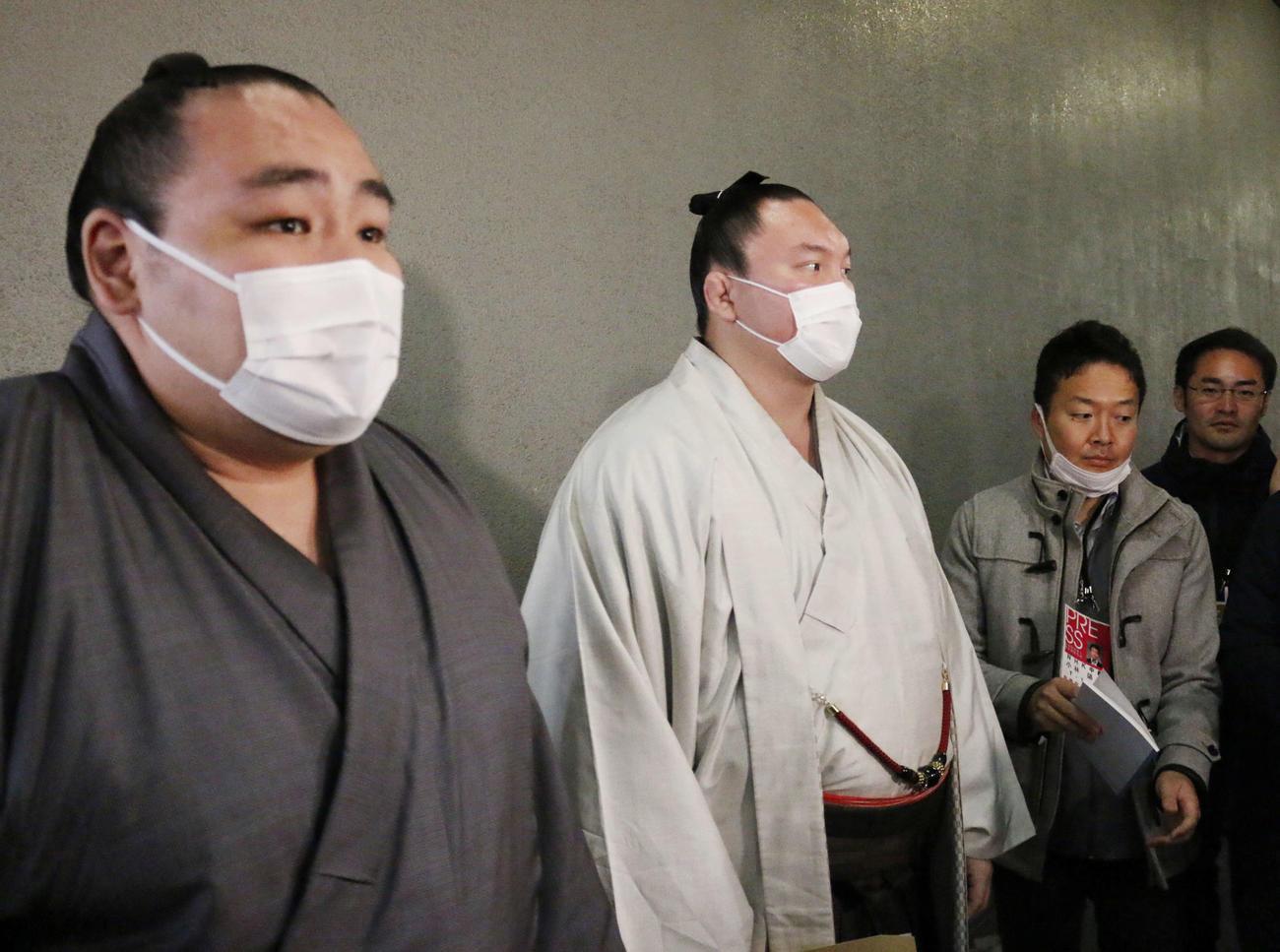 力士会後、マスク姿で報道陣の取材に対応する鶴竜(左)、白鵬の両横綱(撮影・佐藤礼征)
