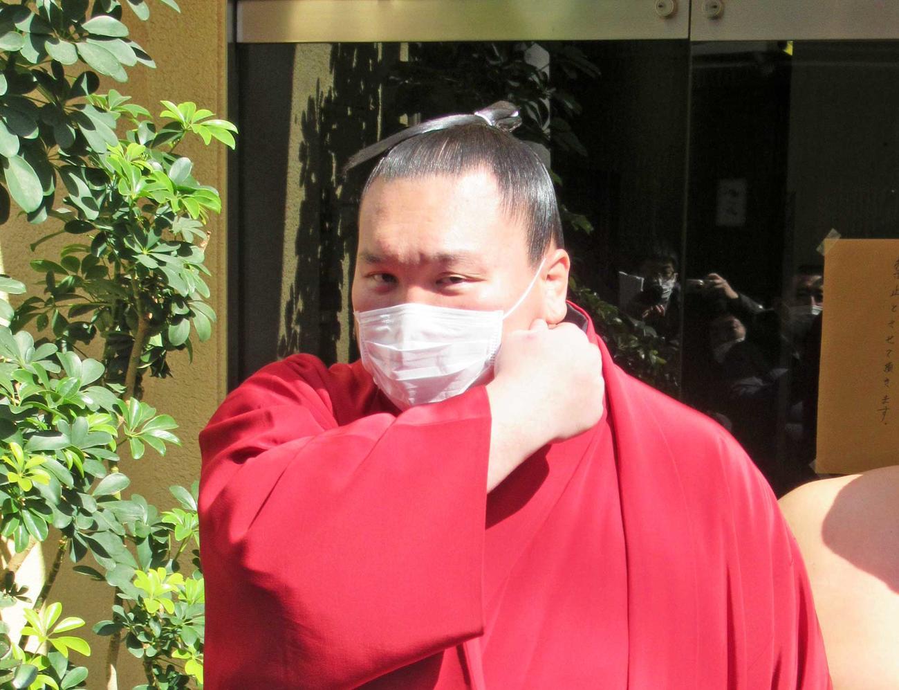 稽古後、マスクを着けて現れた横綱白鵬(撮影・実藤健一)