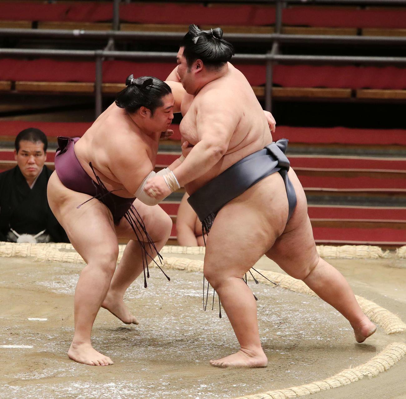 徳勝龍(右)を激しく攻める遠藤(撮影・鈴木正人)