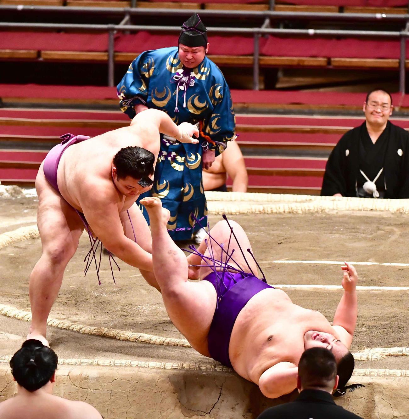 朝乃山(左)は貴景勝を押し倒しで破る(撮影・小沢裕)