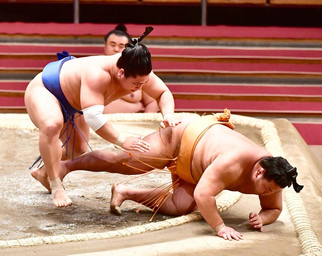 若隆景(左)は押し倒しで旭大星を下す(撮影・小沢裕)