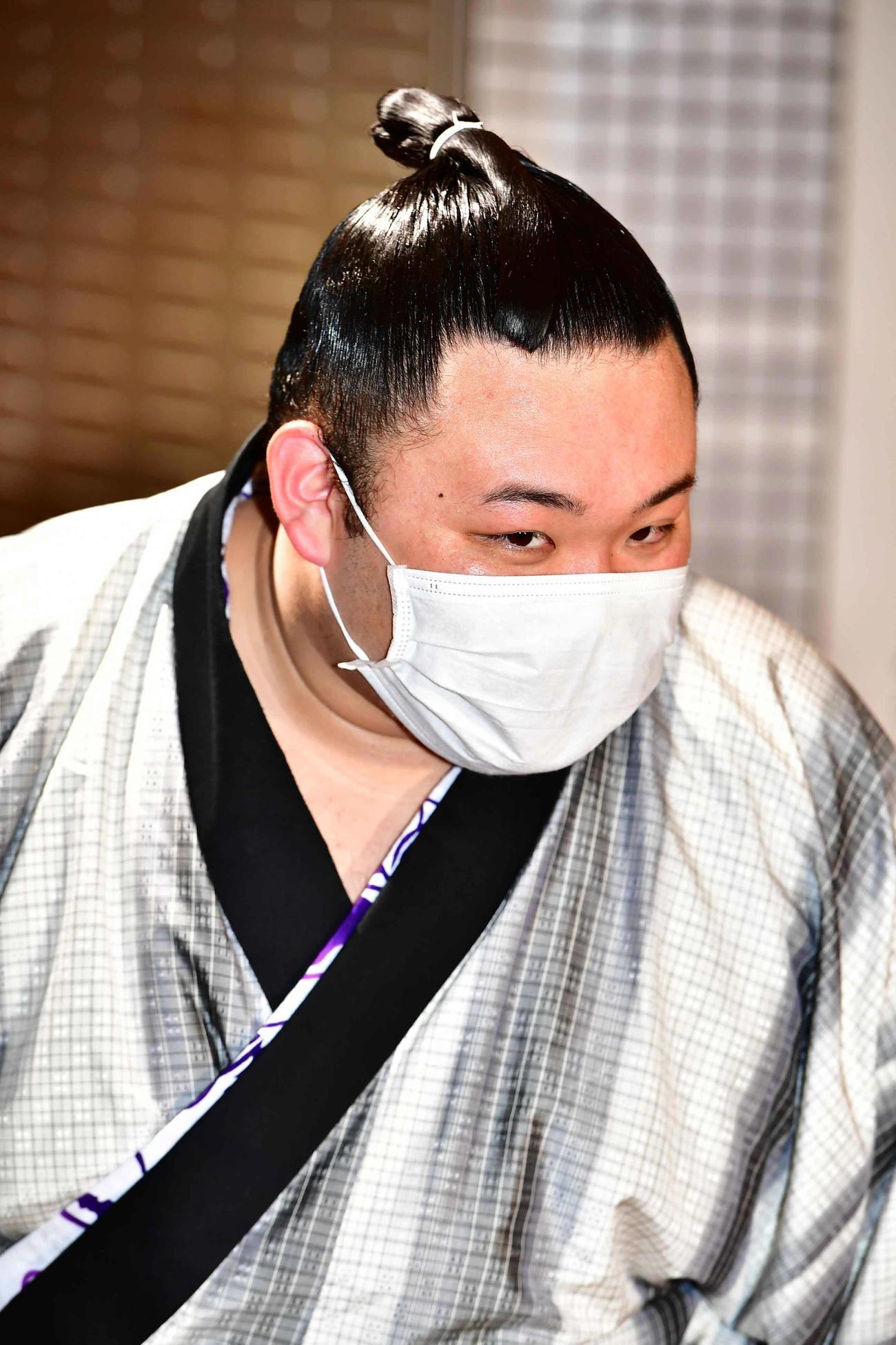 報道陣から大関昇進が決定的となったことを聞かれマスク越しに笑顔を見せる朝乃山(撮影・小沢裕)