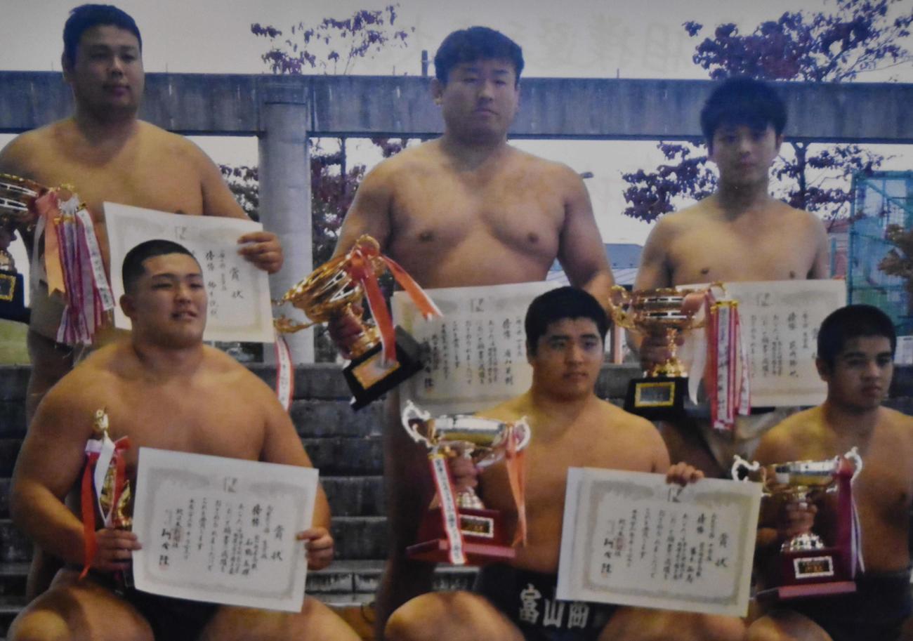 富山商高3年時に富山県相撲選手権大会で優勝した朝乃山(下段左)。上段中央は故浦山英樹監督