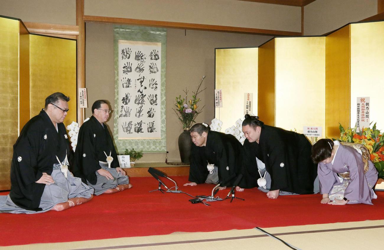 大関昇進の伝達を受ける朝乃山(右側中央)と高砂親方夫妻(共同・代表撮影)