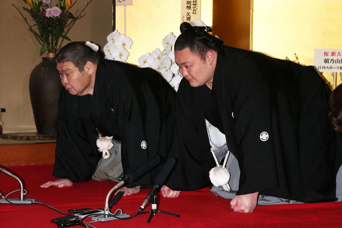 大関昇進の伝達を受ける朝乃山(右)と高砂親方(代表撮影)