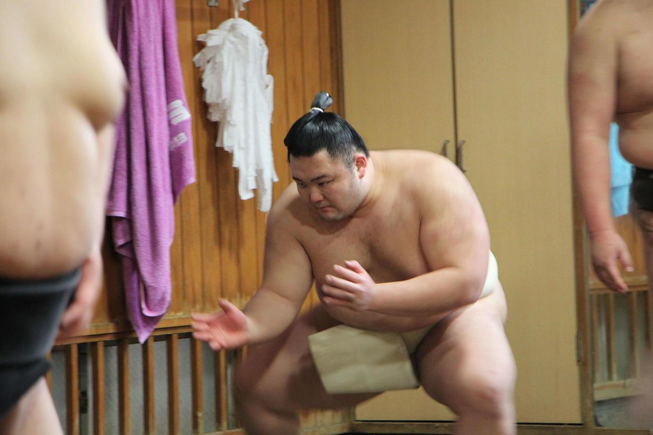 すり足をする新大関の朝乃山(撮影・佐々木隆史)