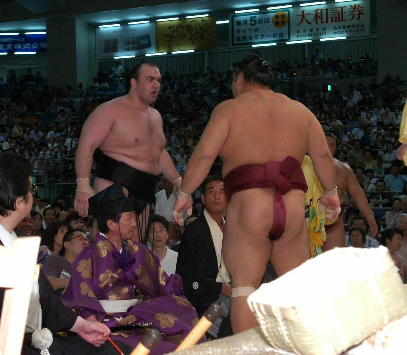 06年7月15日、大相撲名古屋場所7日目で土俵下でにらみ合う千代大海(右)と露鵬