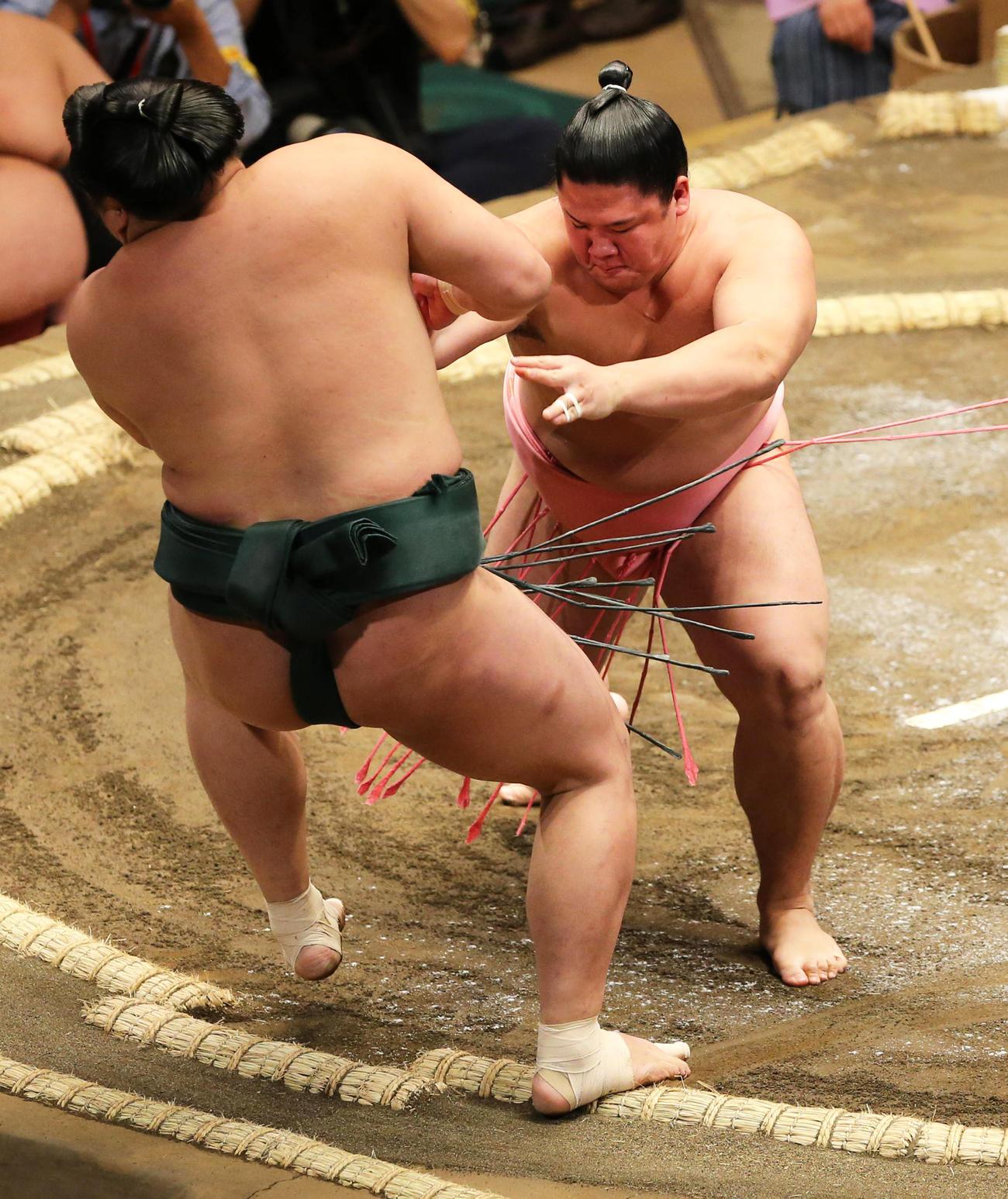 大相撲夏場所2日目、鏡桜(手前)を押し出し初白星を挙げた宇良(2016年5月9日撮影)