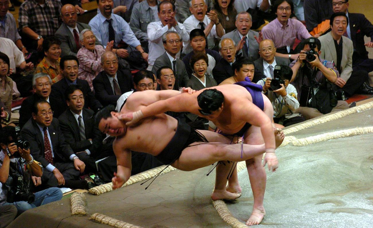 04年5月14日 大相撲夏場所6日目 北勝力(右)は朝青龍を押し倒しで破り連勝を35で止める