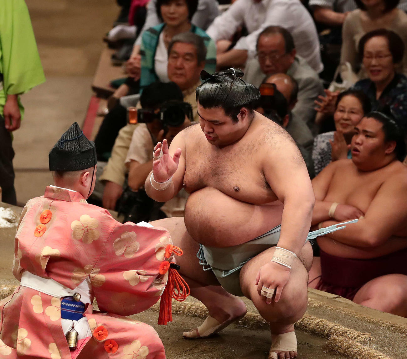 17年5月25日、宝富士を破って勝ち名乗りを受ける高安