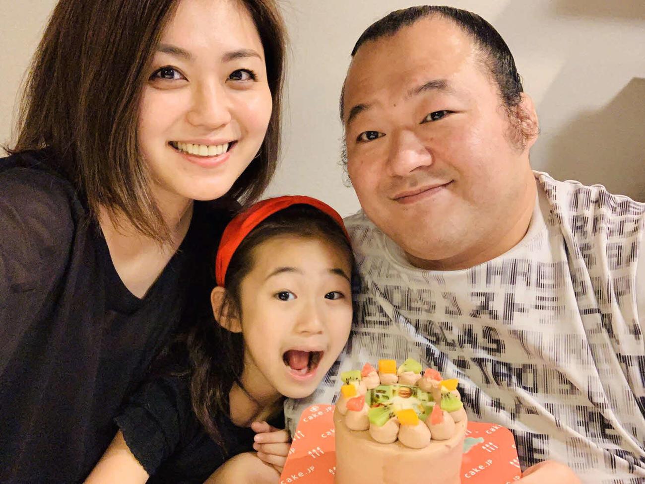 37歳を迎えた元関脇豊ノ島の井筒親方(右)を祝う、左から沙帆夫人、長女・希歩ちゃん