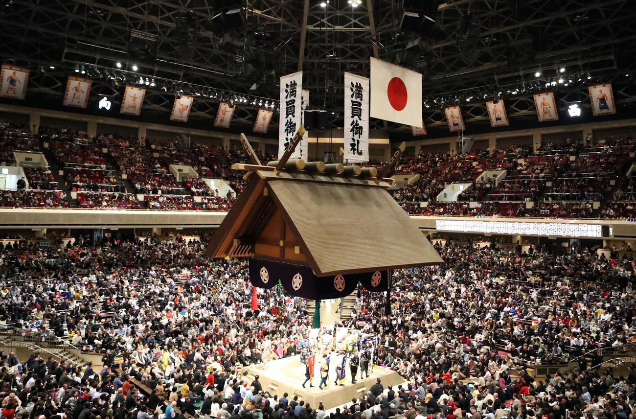 20年1月の大相撲初場所で満員御礼となった両国国技館