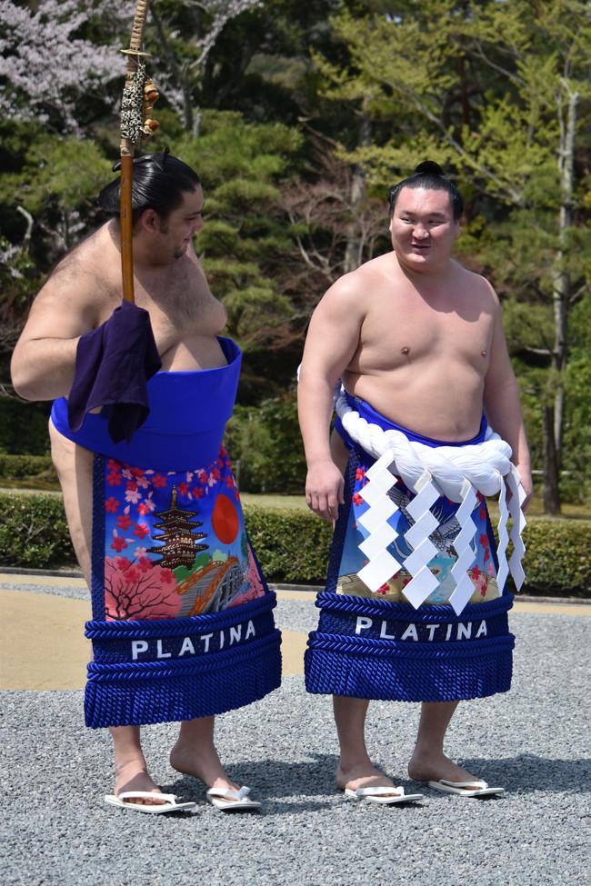 奉納土俵入り後に横綱白鵬(右)と談笑する魁聖(18年4月撮影)