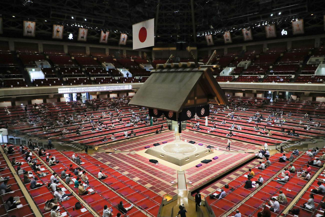 大相撲7月場所初日 十両土俵入りを待つ観客(撮影・河田真司)
