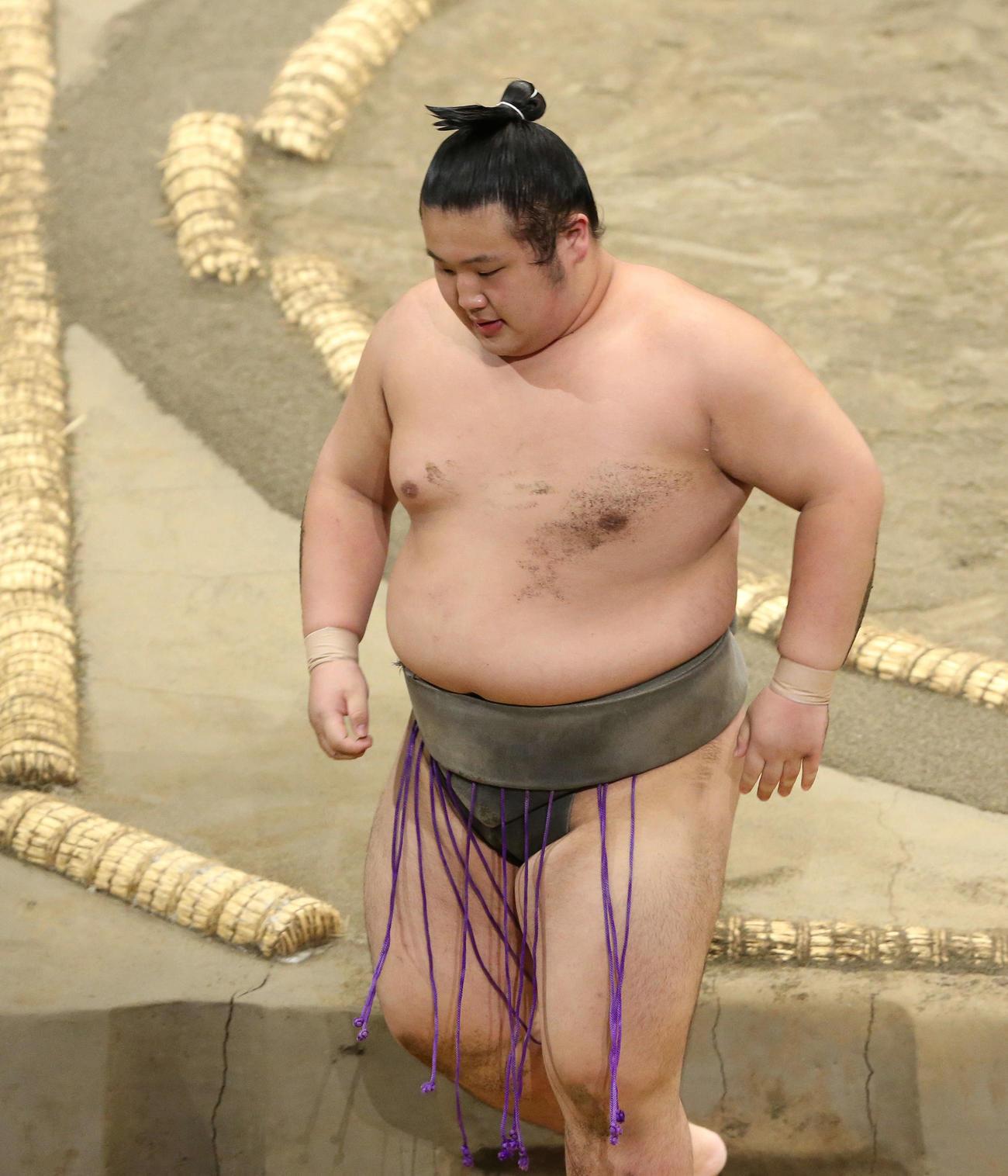 高立にすくい投げで敗れ土俵から引き揚げる吉井(撮影・河田真司)