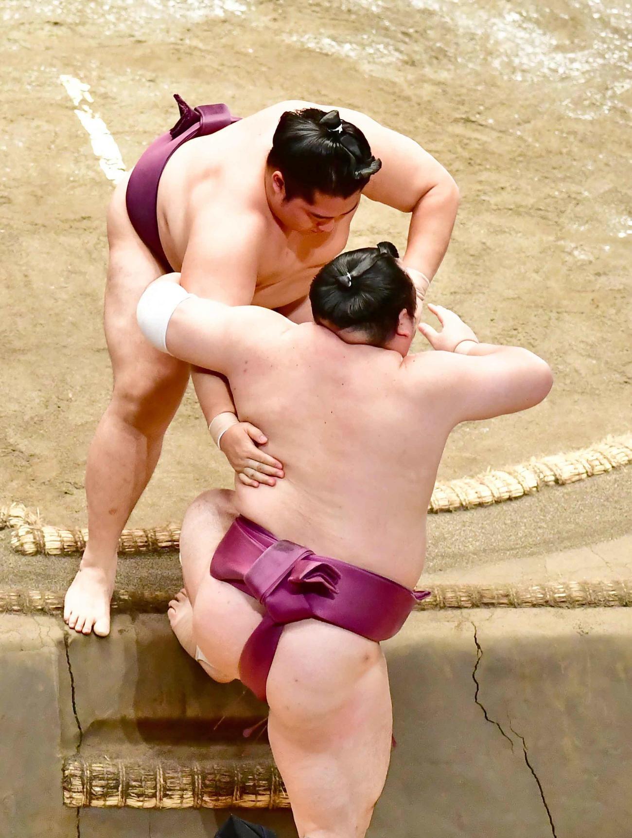 遠藤は宝富士(手前)を寄り切りで破る(撮影・小沢裕)