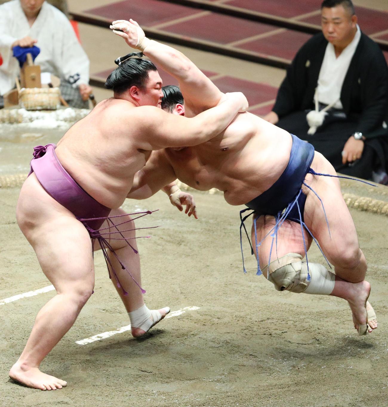 北勝富士(右)をすくい投げで破る朝乃山(撮影・中島郁夫)