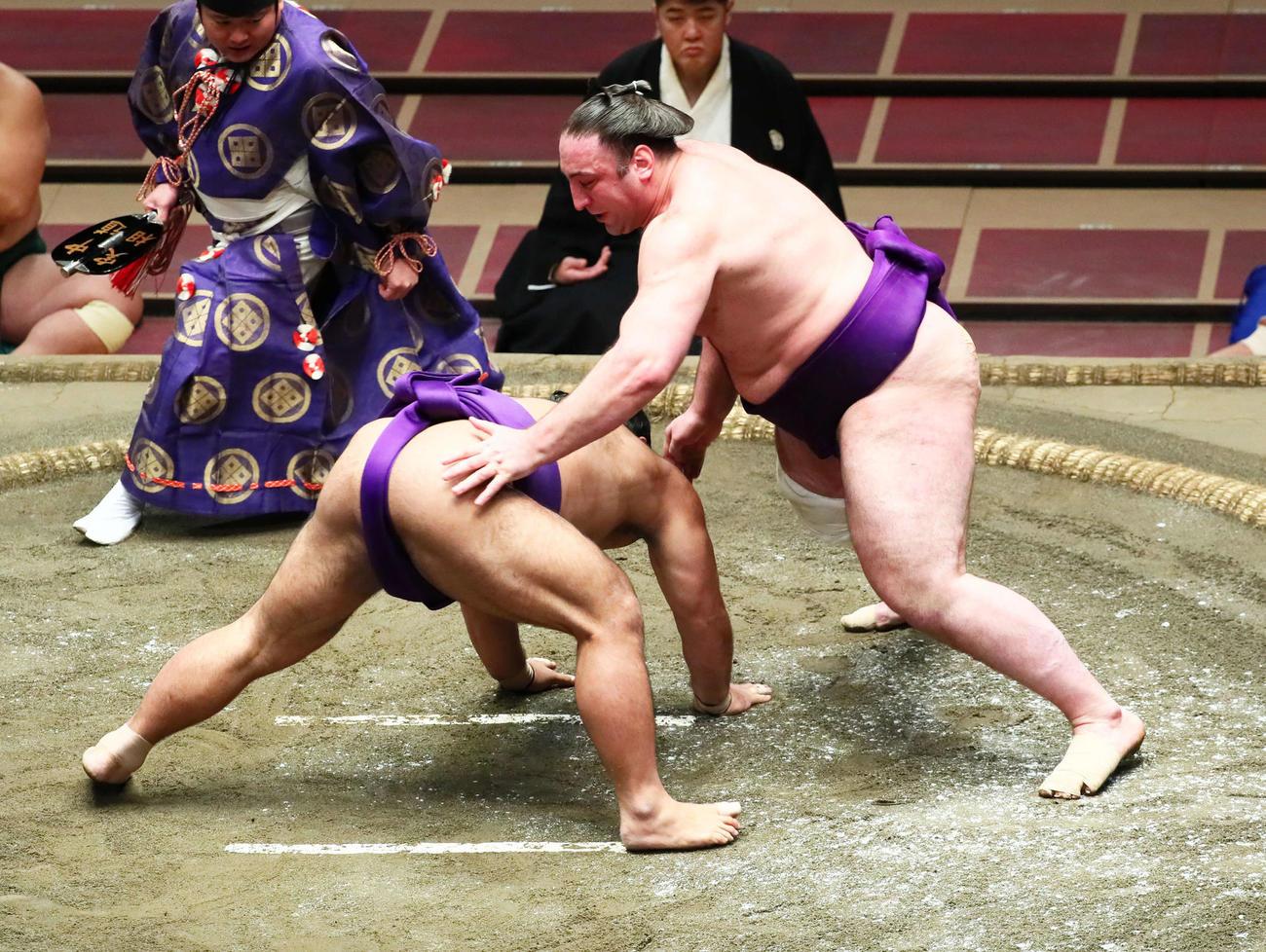 栃ノ心(右)ははたき込みで松鳳山を破る(撮影・足立雅史)