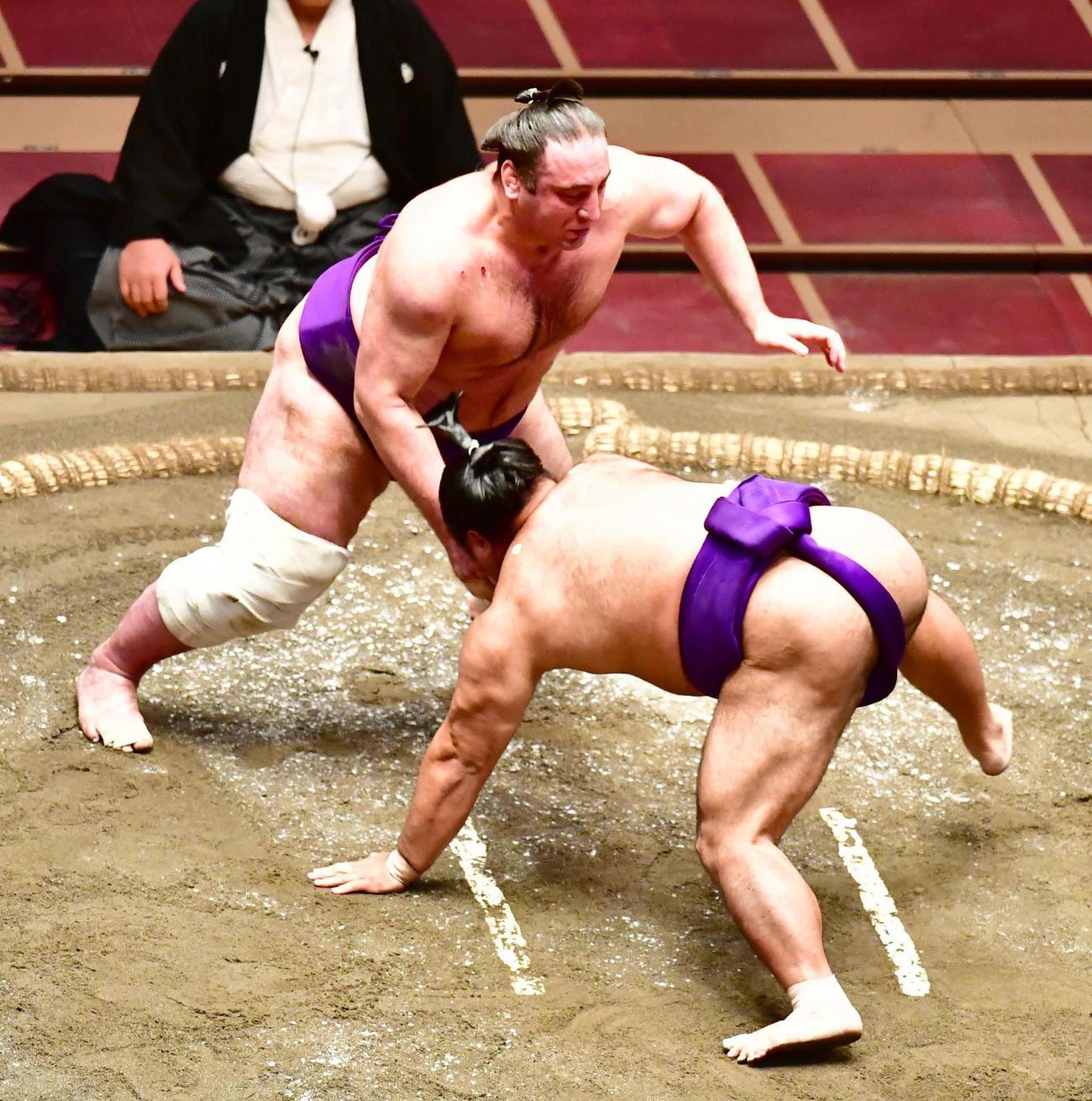 取り直しの一番で栃ノ心(左)ははたき込みで松鳳山を破る(撮影・小沢裕)