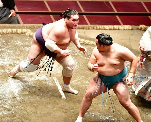 照ノ富士(左)は寄り切りで玉鷲を破る(撮影・小沢裕)