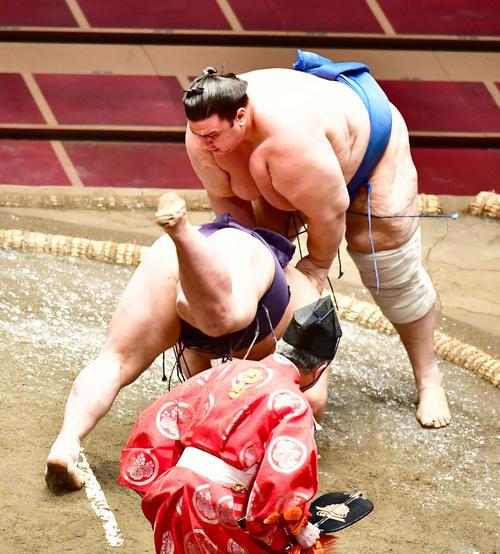 碧山(右)ははたき込みで阿武咲を破る(撮影・小沢裕)