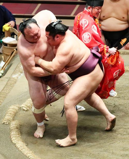 遠藤(右)は宝富士を寄り切りで破る(撮影・足立雅史)
