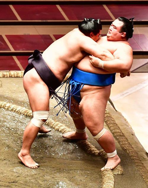 妙義龍(左)は琴奨菊を寄り切りで破る(撮影・小沢裕)