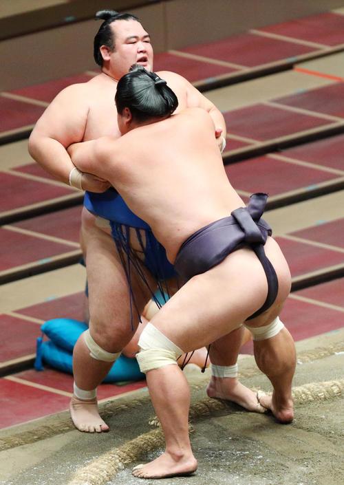 琴奨菊(左)を寄り切りで破る妙義龍(撮影・中島郁夫)