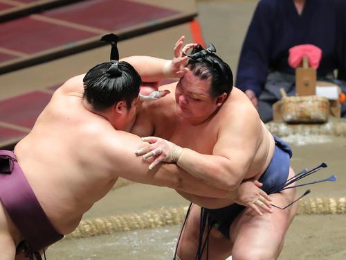遠藤(左)を攻める北勝富士(撮影・河田真司)