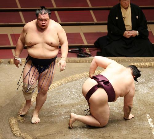 遠藤(右)をはたき込みで破った北勝富士(撮影・鈴木正人)
