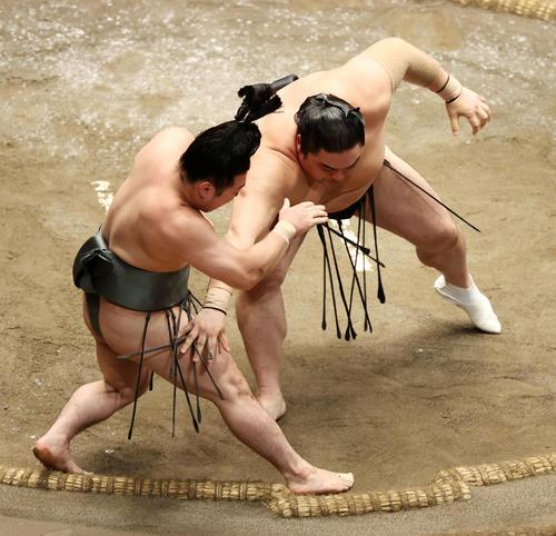 炎鵬(左)を押し倒しで破る隠岐の海(撮影・鈴木正人)