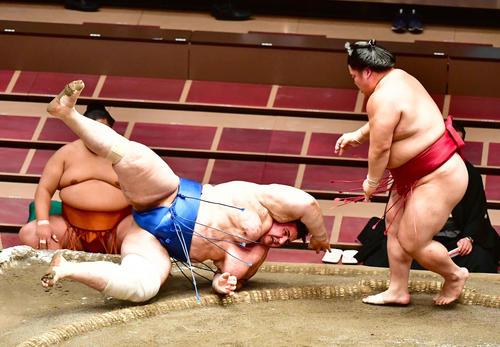 大栄翔(右)は突き落としで碧山を破る(撮影・小沢裕)
