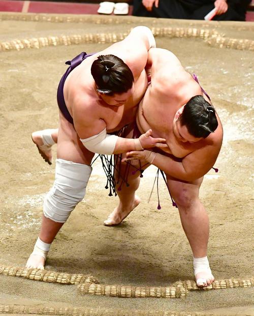 朝乃山(右)の投げを土俵際でこらえる照ノ富士(撮影・小沢裕)