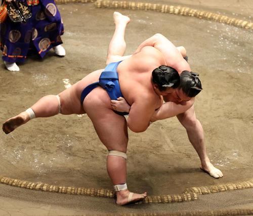 琴奨菊(左)を寄り切りで破る竜電(撮影・鈴木正人)