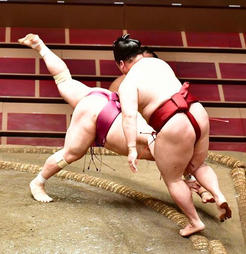 隆の勝(右)は宝富士をはたき込みで破る(撮影・小沢裕)