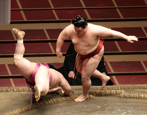 宝富士(左)をはたき込みで破る隆の勝(撮影・鈴木正人)
