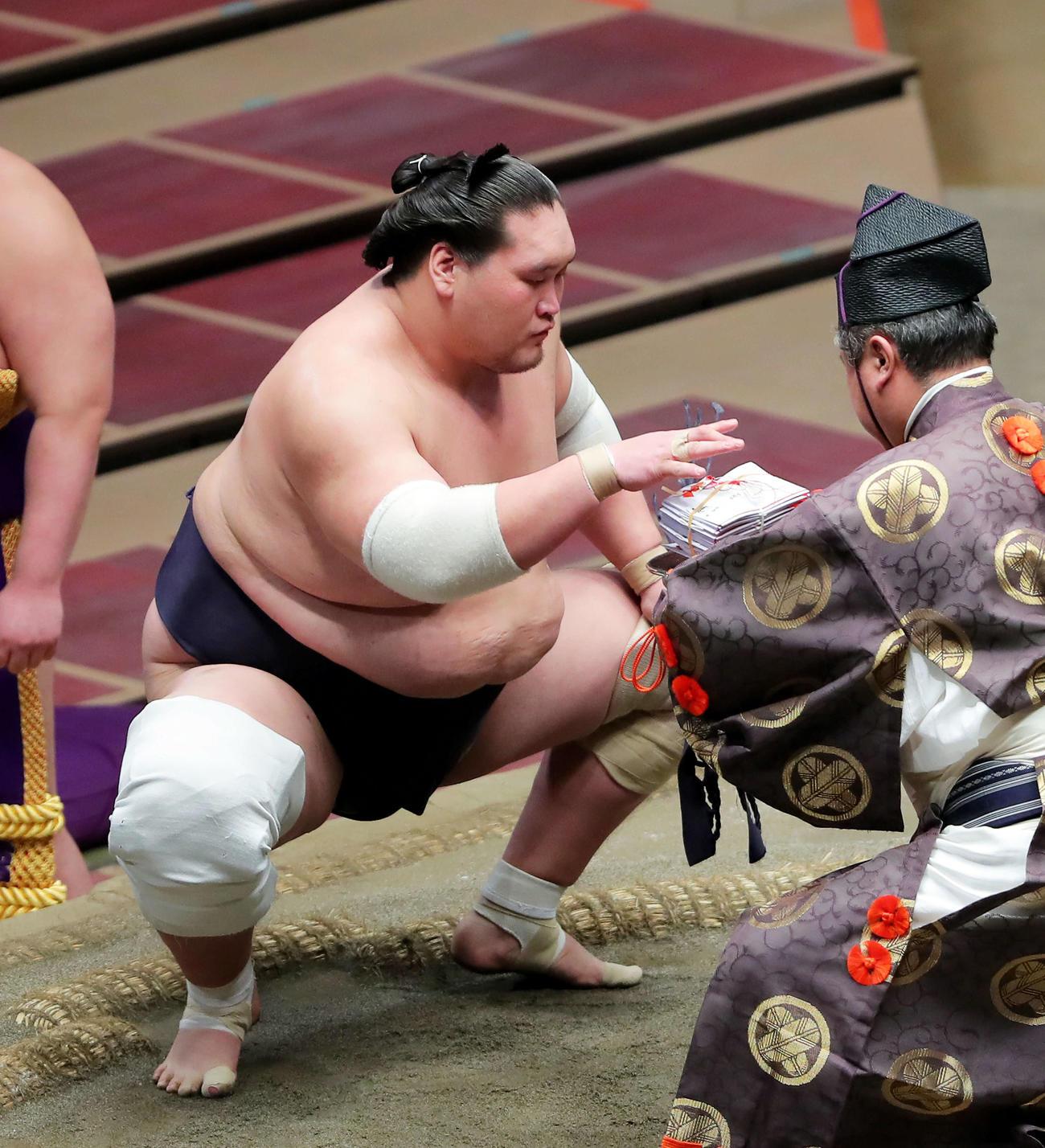 朝乃山を破り、懸賞金の束を手にする照ノ富士(撮影・河田真司)