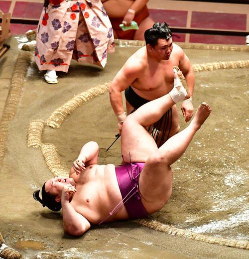 朝乃山(左)は足取りで照強に敗れる(撮影・小沢裕)