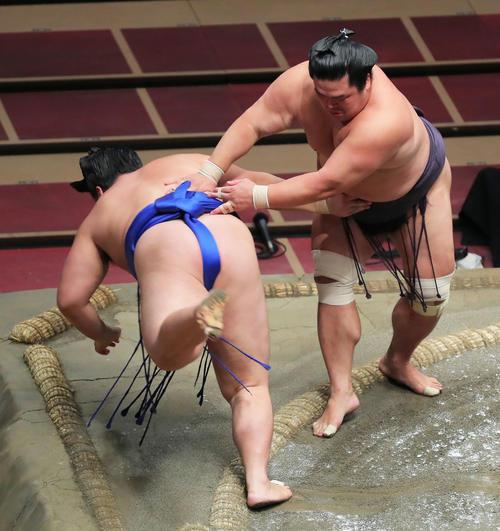琴勝峰(左)をはたき込みで破る妙義龍(撮影・河田真司)